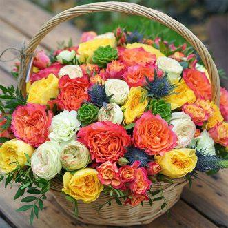 Корзина с разноцветными розами