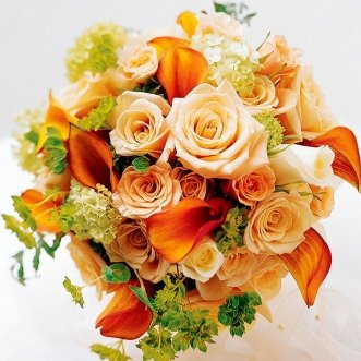 Букет невесты из калл и кустовых роз «Золотой Орфей»