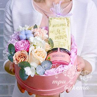 Цветы и сладости в коробке для мамы