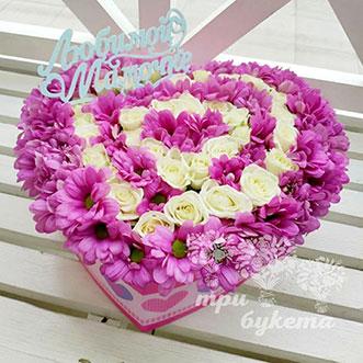 Сердце из роз и хризантем для мамы